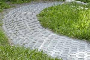 садовая дорожка из тротуарной плитки на даче