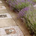 садовая дорожка из тротуарной плитки с мозаикой