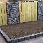 Забор фото - сочетание деревянных секций с габионами
