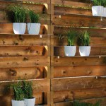 Забор с металлическими полками для цветов