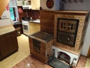 печка на кухне в деревянном доме
