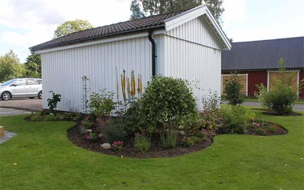 двор частного дома фото клумбы