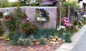 маленький красивый двор частного дома