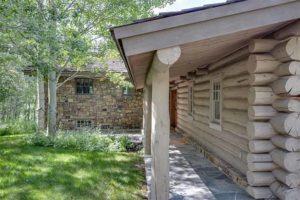 необычный светлый деревянный дом снаружи