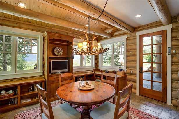 деревянный дом внутри. столовая