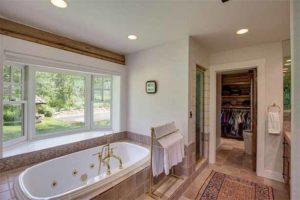 деревянный дом внутри. ванная комната