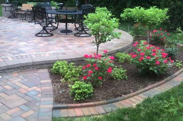 красивый садовый бордюр из кирпича