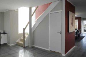 как разместить санузел под лестницей