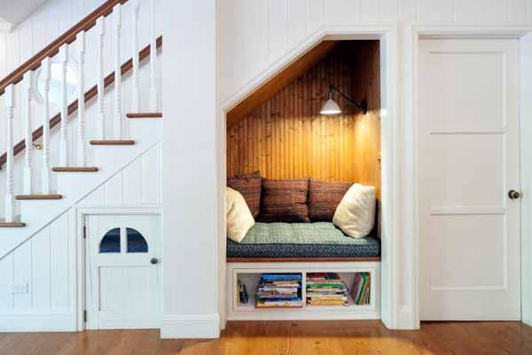 что можно расположить под лестницей. диван