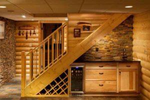 как оформить пространство под лестницей деревянного дома