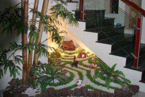 как красиво организовать пространство под лестницей. цветы