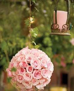 композиции из роз около дома