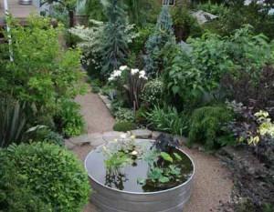 маленький водоем как центр сада
