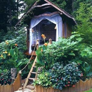 необычный маленький дачный домик
