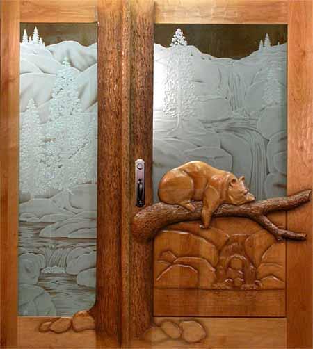 резные двери в деревянном доме.
