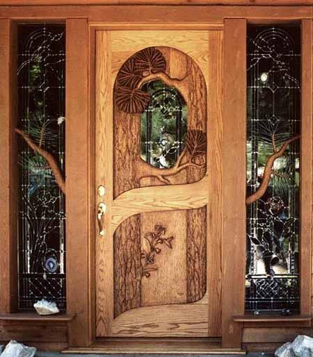Красивые двери в деревянном доме.