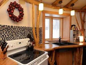 отделка кухни в садовом домике корягами и ветками