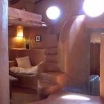 интерьер дачного дома из глины вечером