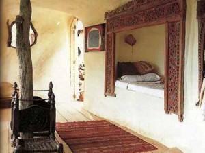 интерьер дачного дома из глины кровать в нише
