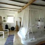 интерьер дачного дома из глины кровать на подиуме