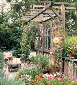 беседка из старых окон в саду