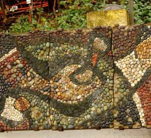 необычный забор для дачи с мозаикой