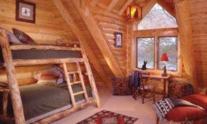 интерьер деревянного дома спальня в мансарде