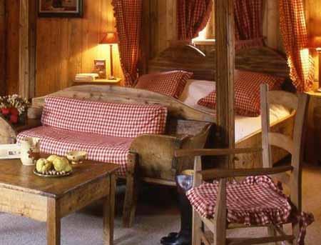 спальня в интерьере деревянного дома