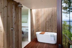 Красивая ванная комната с балконом в