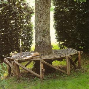 садовая мебель из дерева вокруг дерева