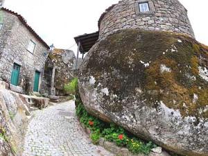 улица с необычными домами в деревне в Португалии