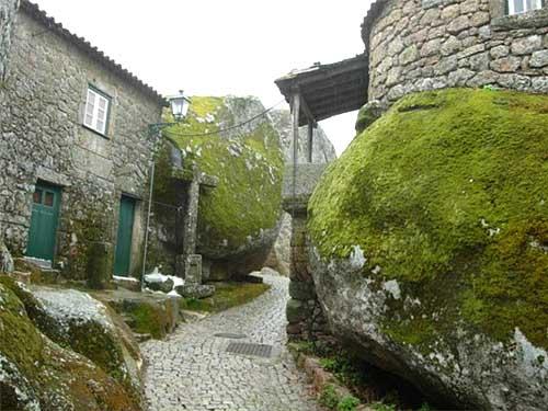 фото необычных домов в деревне в Португалии