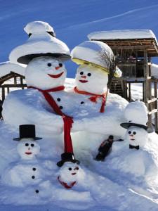 Снеговики в новогоднем декоре дачного двора