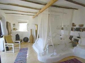 красивая спальня в загородном доме в Греции