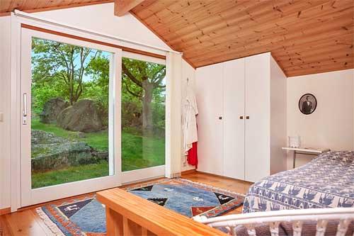 интерьер загородного дома в Швеции спальня с большим окном
