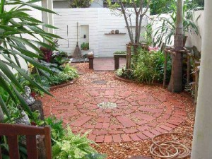 дизайн маленького сада около дома готов