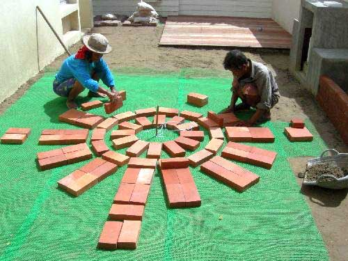 на специальной подложке от сорняков начинаем выкладывать кирпичное патио