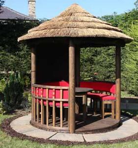 красивая круглая деревянная беседка на даче