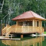 деревянная беседка в саду около пруда