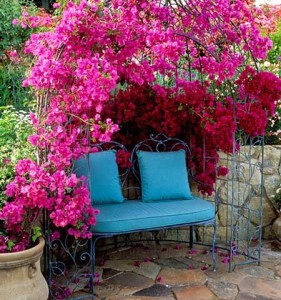 металлическая беседка для дачи с цветами
