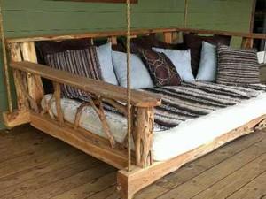 красивые качели кровать из веток и коряг