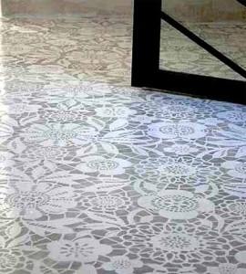 бетонный пол с черно-белой росписью для дачного дома