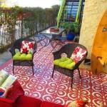 бетонный пол на веранде с красной росписью по трафарету