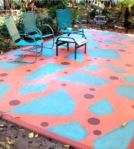 разноцветный бетонный пол на дачной террасе