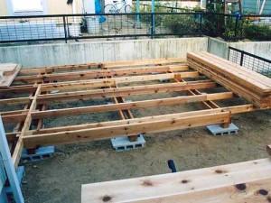строим во дворе деревянную террасу