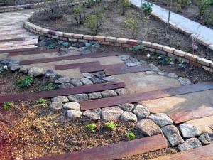 как красиво скомбинировать разные покрытия для садовой дорожки