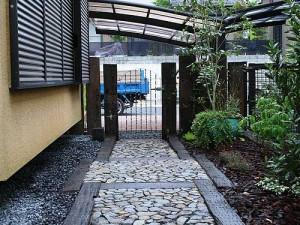 оригинальные комбинации различных покрытий для садовой дорожки