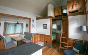 интерьер небольшого загородного дома на двух уровнях