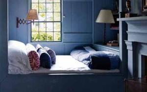 кровать в деревянном доме