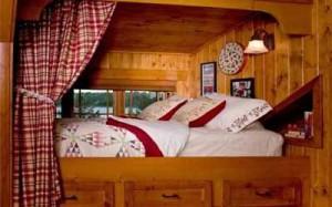 кровать в нише в интерьере загородного дома